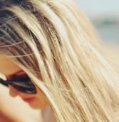 Δημιουργήστε φυσικές ανταύγειες στα μαλλιά σας.