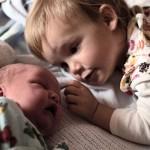 Παιδιά βλέπουν για πρώτη φορά τα νεογέννητα αδελφάκια τους!