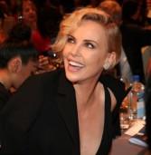 Η Charlize Theron σε μια εμφάνιση που θα κάνουμε καιρό να ξεχάσουμε