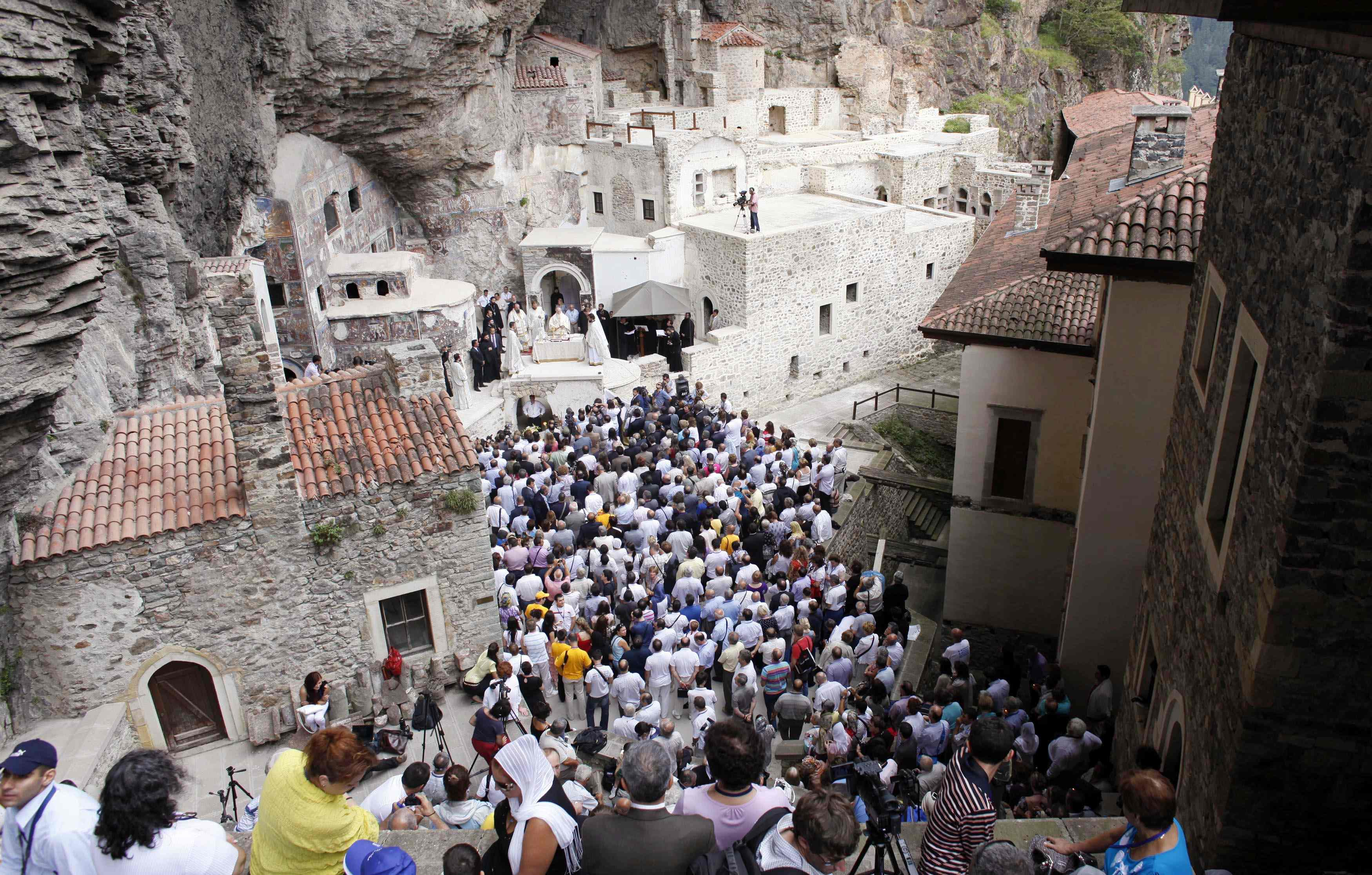 Orthodox worshippers attend the Virgin Mary service led by Ecumenical Greek Orthodox Patriarch Bartholomew I at the ancient Sumela Monastery in the Black Sea coastal province of Trabzon, northeastern Turkey, August 15, 2010. Thousands of Orthodox pilgrims from Greece, Russia and Georgia attended the mass at the monastery for the first time since 1923. To match Feature TURKEY-ORTHODOX/. REUTERS/Umit Bektas (TURKEY - Tags: RELIGION SOCIETY)