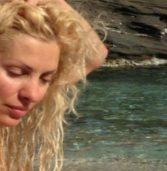 H Ελένη Μενεγάκη ξεκίνησε τα μπάνια και ανέβασε την πρώτη φωτογραφία της με μαγιό να κάνει ηλιοθεραπεία δίπλα στη θάλασσα!
