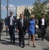 Το Γαλλικό προεδρικό ζεύγος έσπασε  το πρωτόκολλο και το πρόγραμμά του ,αντί να φύγει για αεροδρόμιο, πήγε βόλτα στο Σύνταγμα!  (Photos)
