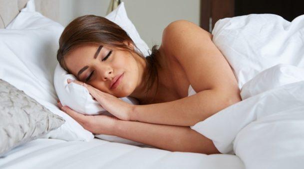 DIY : Αυτό είναι το spray με ροδόνερο που θα σε βοηθήσει να κοιμάσαι πιο εύκολα!