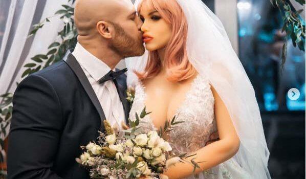 Καζακστάν:Ο μποντιμπίλντερ Τολότσκο «παντρεύτηκε» την … κούκλα του σεξ του Μάργκο.(Videos)