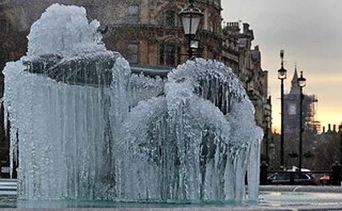 Βρετανία:Εντυπωσιακές εικόνες από το πολικό ψύχος.Πάγωσε το νερό στα συντριβάνια του Λονδίνου.